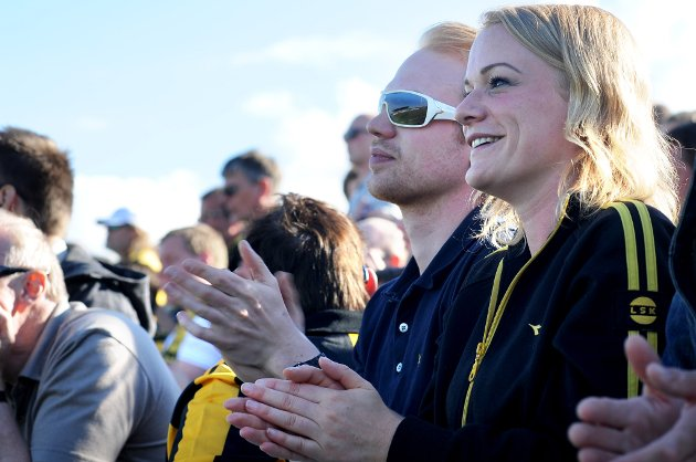GREI NOK: Simen Wiulsrød (23) og søsteren Elisabeth (29) klapper til LSKs scoring, men skulle gjerne sett at kampen var enda bedre.