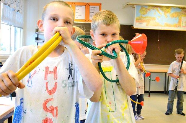 Hugo Alexander Haneborg (t.v.) og Simen Blakseth spiller på hjemmelaget trompetslange mens Duke Ellingtons «C-jam Blues» jammes på Haneborg skole.