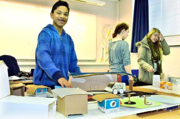 Christoffer Jørgensen (8A) fra Rømskog viser stolt fra byen hans gruppe har laget.