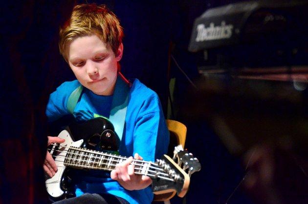 Vegard Aas Bekkevold holder takta på bassgitaren.