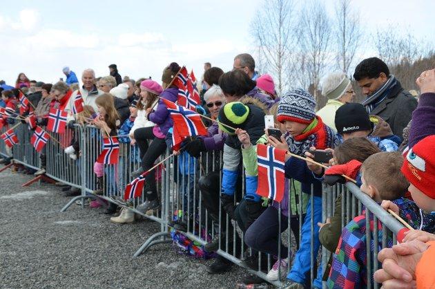 Mange hadde møtt opp med norske flagg for å ta i mot Kongeparet under deres Modum-besøk.