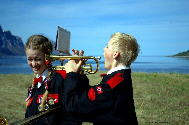 Frida og Elias Hegle spiller i Reipå Hornmusikk, og 17.mai er en intensiv dag med mange timers spilling og marsjering. Men artig!