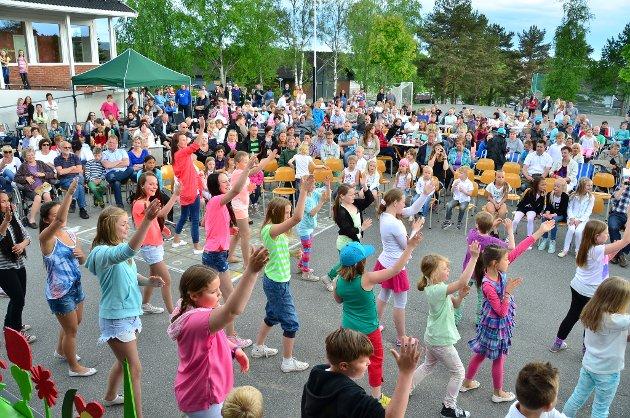 Elevene åpnet showet i skolegården med å danse til Glow.