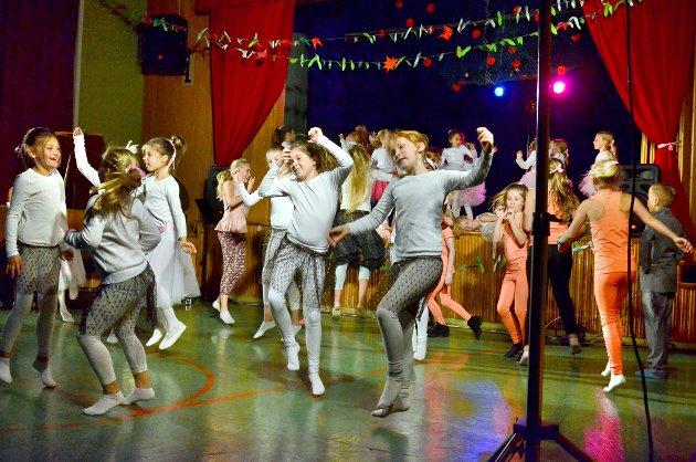 Danseelevene var fulle av liv.