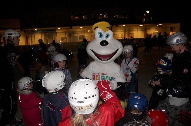 MASKOT: Romerikes Blads barnemaskot Romba var tilstede på juletrefesten i regi av Romerikes Blad og Lørenskog ishockeyklubb.