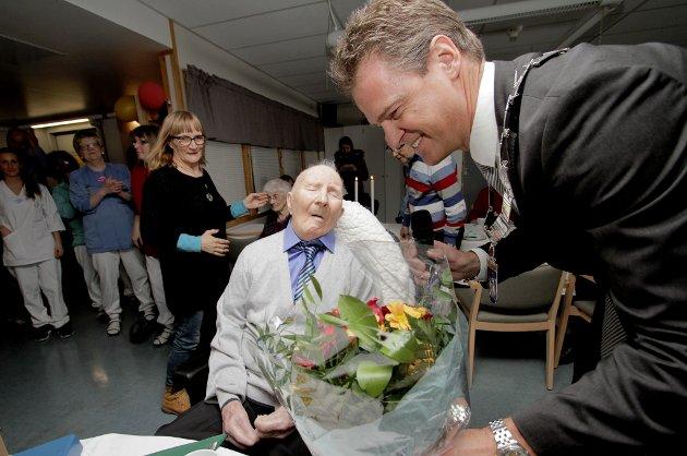 Jens Johan Hjort overrakk blomster og sang for Harald Mathisen (100).