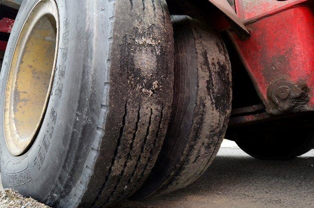 SVÆRT SLITT: Slik så hjulene på den ene hengeren ut. Det er like før de eksploderer. De andre hengerene hadde dårlige bremser og falske skilter. Se hengerne i denne bildeserien ALLE FOTO: VIDAR SANDNES