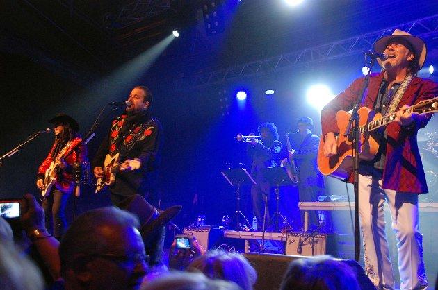 The Mavericks leverte en solid pakke på Leknes. Fra venstre gitarist Eddie Perez, frontfigur og vokalist Raul Malo og Robert Reynolds på scenen i Lofothallen