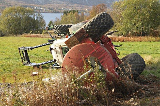 HJULENE UTFOR: Ett eller flere hjul havnet utenfor avkjørselen da traktoren veltet. Føreren ble sittet fastklemt og omkom på stedet.