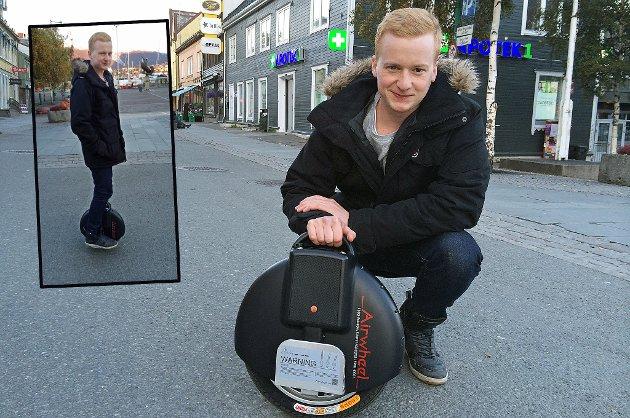 Sindre Jakobsen (23) fra Harstad har skaffet seg en airwheel som han suste rundt i Tromsøs gater med tirsdag.