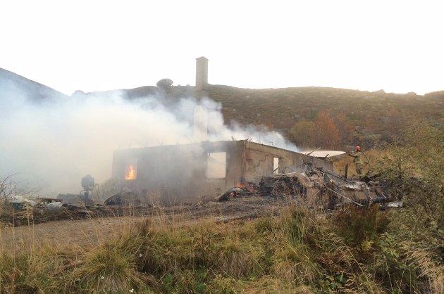 BRANN: Boligen var klokken 07.15 fredag brent ned til grunnen og brannvesenet drev etterslukking.