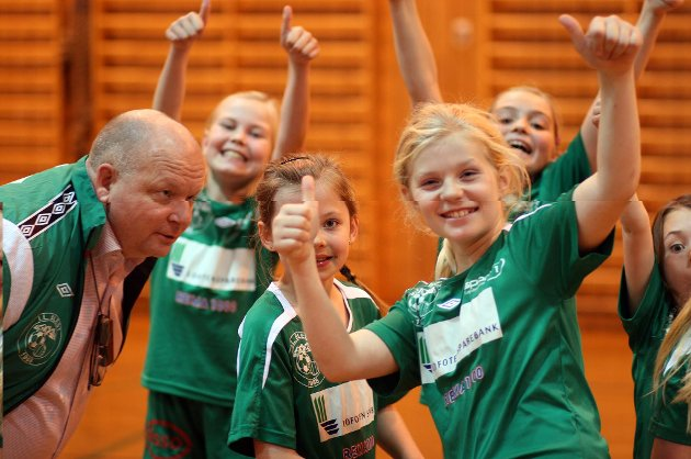 Tommel opp! Pernille Jørgensen (9) og hennes lagvenninner i Blest J10.
