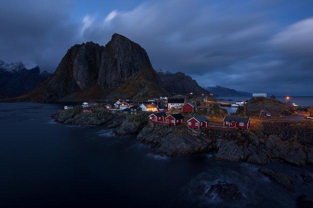 Hamnøy 30. oktober med Festhelltiden i bakgrunnen.