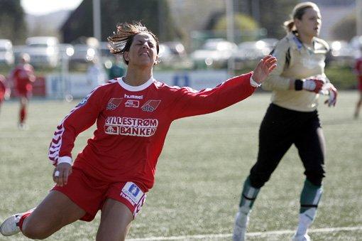 NESTEN: Miriam Mumtaz scoret to for Team Strømmen, men før hun fant nettet bommet hun på noen store sjanser. FOTO: GEIR EGIL SKOG