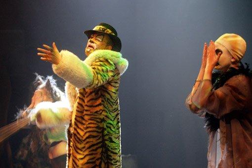 SHERE KAHN: Den skumle tigeren er spilt av  Andreas Granerud, her sammen med hyenen (til venstre) Pernille Borud og gribben, spilt av Benedicte Langseth.