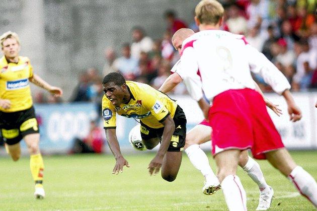 STUPET: Olivier Occean ble tatt tøft av Fredrikstad-spillerne Patrick Gerrbrand og Rajo Piiroja.ALLE FOTO: LISBETH ANDRESEN