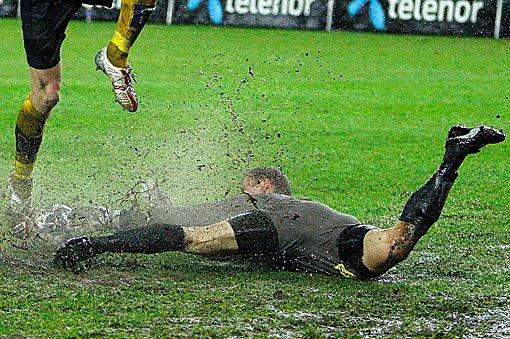 GJØRMEBAD: Otto Fredrikson måtte i likhet med de 22 andre spillerne skifte drakt i pausen. FOTO: DIGITALSPORT