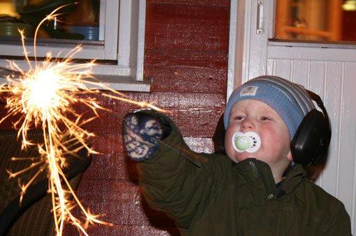 Sønnen min Tobias Grefsrud (2 år), utstyrt med smokk, hørselværn og stjerneskudd.  FOTO: Helen Grefsrud