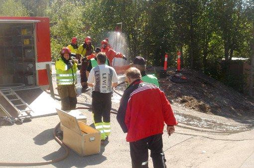 SYRE: 80 liter syre lakk ut fra en tank på Skytta onsdag. Brannvesenet er her i gang med opprydningen. ALLE FOTO: THOR HARALDSEN