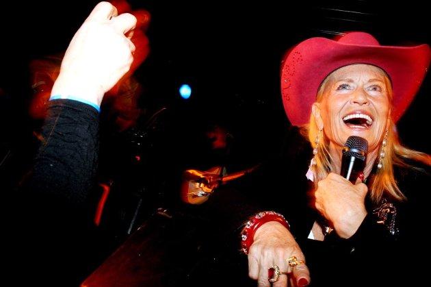 COUNTRY-JUL Lynn Anderson skapte stor stemning i i Helgelandshallen lørdag. Omlag 600 festglade helgelendinger koste seg på julebord. (Bilder: Stine Skipnes