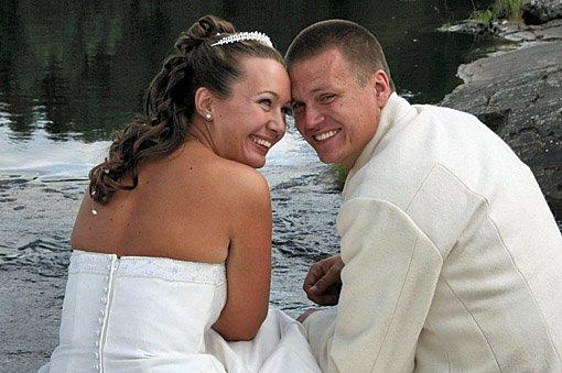 Bildeserien inneholder brudebilder publisert i papirutgaven i Romerikes Blad i desember 2008.   Vi giftet oss i Årnes kirke 23. august..Camilla og Anders Hagstrøm. FOTO: Torill Hagstrøm