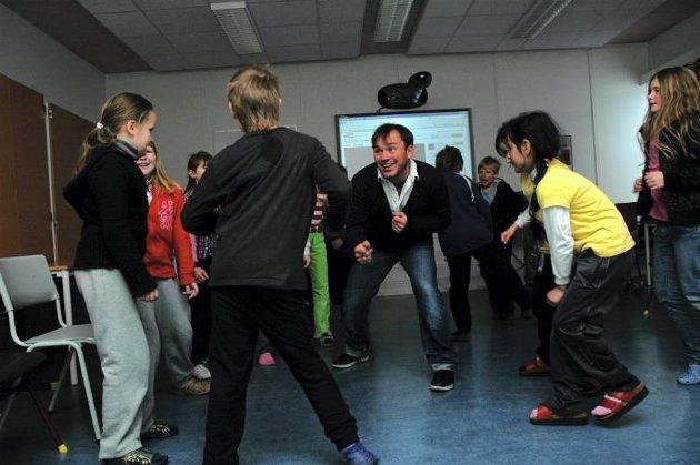 Popjoik: Med Mikkel Gaup og fjerde trinn ved Grua skole.FOTO: Kjersti Lunde Brevig