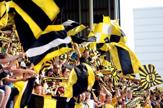 JUBEL: Endelig kan kanarifansen juble etter en seier på hjemmebane. LSK slo Fredrikstad 4-2. FOTO: ROAR GRØNSTAD