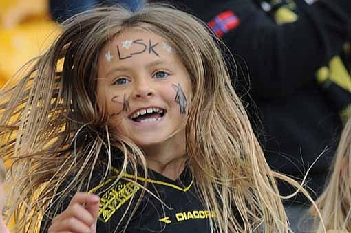 LYKKELIG: Bethina Lauritsen Jahr (9) fra Kjeller jubler og hopper til en scoring fra LSK. FOTO: VIDAR SANDNES