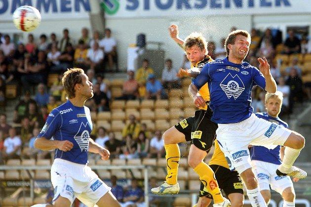SVETT: Bjørn Helge Riise i hodeduell så svetten spruter. Lillestrøm tapte forøvrig kampen mot Molde 0-1. FOTO: ROAR GRØNSTAD