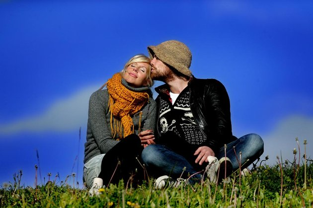 Line Rasmussen (25) og Asgil Hansen-Krone (31) nyter sola og hverandre til søt musikk i Bukta.