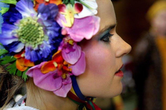 BLOMSTRER: Simone Grøtte Pedersen blomstrer under sitt hodeplagg.