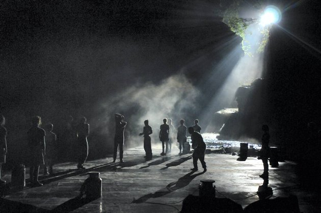 MAGISK: Det var en tidvis magisk stemning når lyskasterne sveipet over Bergsveinhølen i Frya-elva.