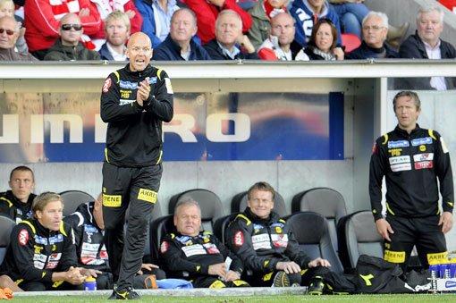 IVRIG: Henning Berg på sidelinja mot FFK. FOTO: SCANPIX