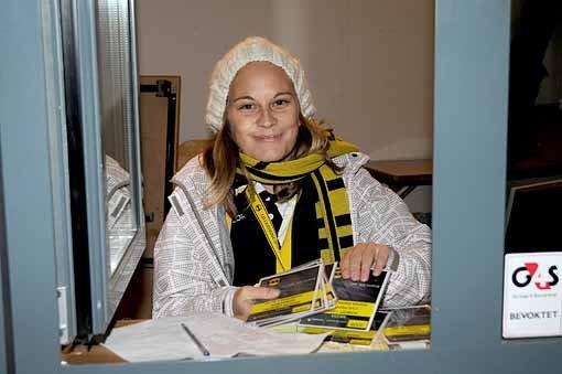 AKKREDITERING: Noen er på Åråsen ikke bare for å se kamp, men også jobbe. Lillian Bræin (32) Skjetten har hatt jobben i akkrediteringsbua i 4 år nå, og så fort klokken når kampstart skal også hun på tribunen for å se kampen.FOTO: VIDAR SANDNES