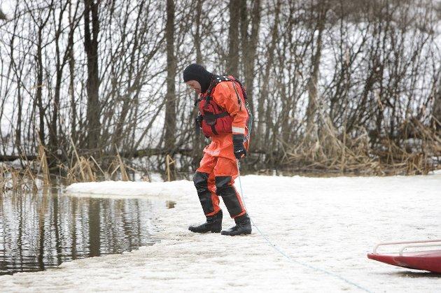 Brannkonstabel Geir Halvorsen i NRBR på den skjøre iskanten. ALLE FOTO: LISBETH ANDRESEN