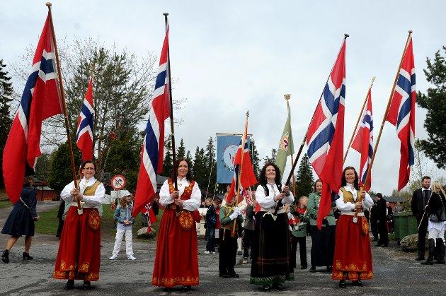 FLAGGBÆRERE: Lene Vambeset, Marianne Mortensen, Hilde Johanne Stubberud og Trine Engum har fått gleden av å bære flaggene i toget. FOTO: VIDAR SANDNES