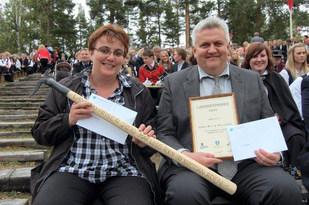 HISTORIENS FØRSTE: May Liss Roen og Kristian Roen på Dokka camping fikk historiens første landsbypris, vel fortjent.foto: trond lønstad