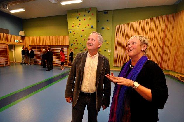 Aktivitetsom med klatrevegg. Senterleder Torill Ensby og prosjektleder Gunnar Tanum er strålende fornøyde.