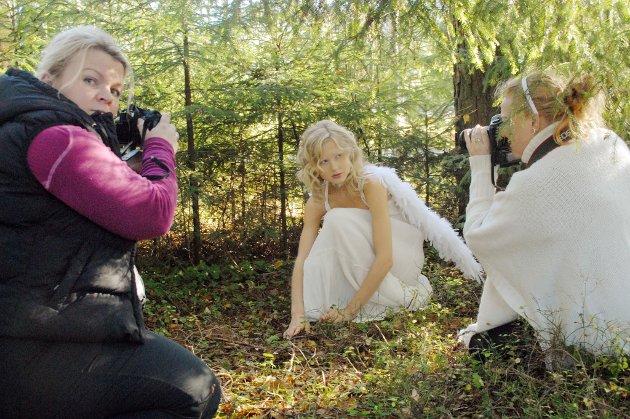 Fotograf Nina Larsen (t.h.) bruker naturen mest mulig til fotografering, så også under hennes intensive fotokurs sist uke. Her kommer hun med gode råd til kursdeltager Line Cecilie Grefslie Kilingmo med modell Karoline Sletten som blir fotografert.