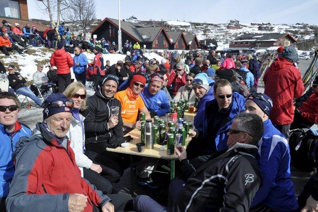 Det var mye mobbing på Ustaoset hotell blant Straume Mesterbyggs ansatte etter målgang. Stig Fjell (blå jakke, rød lue) fikk bestetiden med 2 timer og 38 minutter. Egil Landro (foran til venstre) slo ny personlig rekord som 65-åring med 3 timer og 15 minutter.