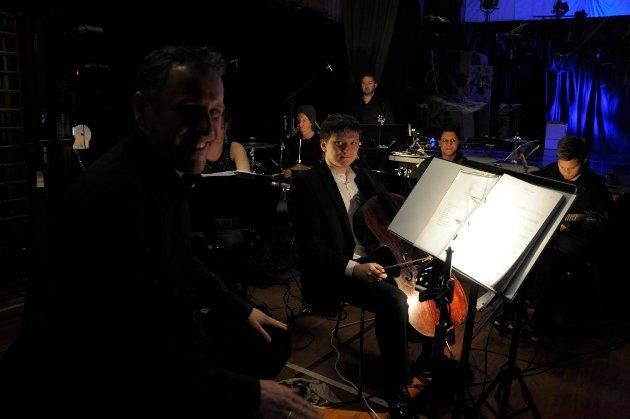 Orkesteret til Cats på Ringerike folkehøgskole. Bror Andersen i forgrunnen, og Nikita Sirotenko bak.