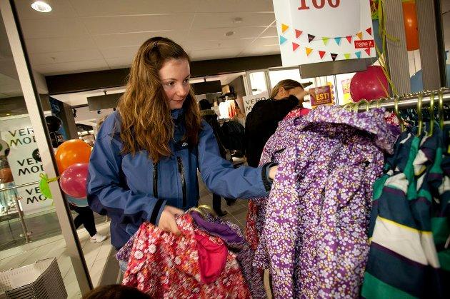 Kristin Johansen (23) ser etter barneklær.