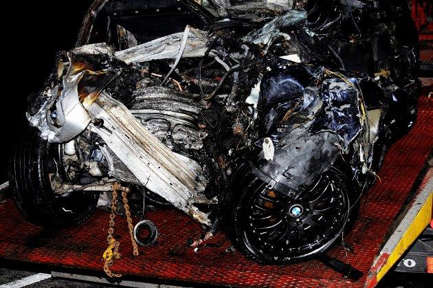 SMADRET: Personbilen avdøde satt i ble fullstendig smadret i den voldsomme kollisjon, og tok dessuten fyr etter kollisjonen.