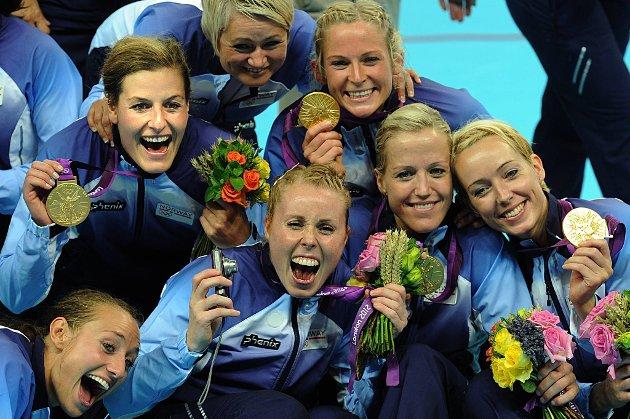 Camilla Herrem, Linn-Kristin Riegelhuth Koren, Karoline Dyhre Breivang, Heidi Løke, Kathrine Lunde Haraldsen og Ida Alstad jubler.