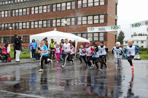 Unge løpere legger ut på micro maraton.