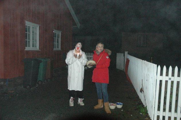 Doktorklovn Lise Knudsen og Dina Heier Pedersen møtte folk med godteri under spøkelsesrunden på Riddergaarden torsdag kveld.