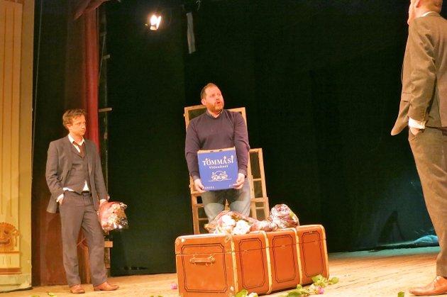 TV-komiker Truls Svendsen ovverrekker en kasse vin til de to skuespillerne i oppsetningen av The Woman in Black, Tore Lie og Ketil Thomsen, som hadde premiere i Fredrikshalds teater fredag kveld. Svendens hadde tapt et veddemål med Lie og Thomsen om at de ikke ville klare å sette opp stykket.