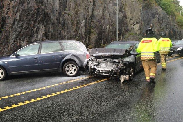 Tre biler er involvert i trafikkulykken på Lundeslettene i Tvedestrand. Denne bilen klarte ikke å stoppe for rødt lys, og braste med stor fart inn i bilen foran.