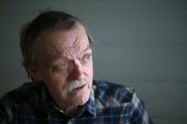 SANNSIGER: Nils Utsi titulerer seg blant annet som sannsiger. Han har kikket i krystallkula for å finne hvordan vi har det i Øst-Finnmark en gang i framtida.
