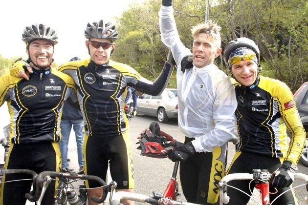 Sandnessjøen Criterium 2007. Lagkameratene i MOC, Yngvar Hansen, Tor Arne Bonsaksen og Erik Nordstoga gratulerer Tom Eriksen med seieren. Foto. Per Vikan